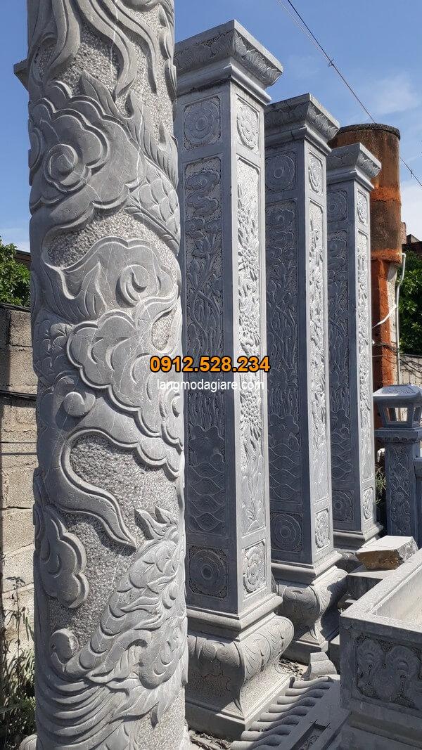 Cột đá vuông được chạm khắc tỉ mỉ nhất