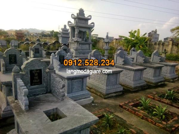 Những ngôi mộ được chạm khắc đơn giản