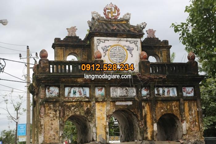 Cổng đền chùa xây bằng gạch dễ mục nát qua thời gian