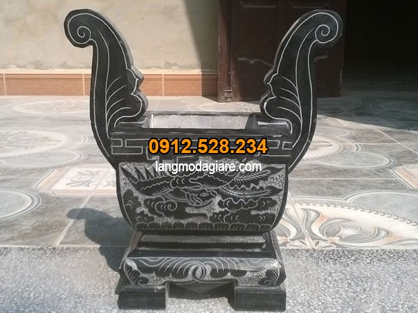 Lư hương được làm từ đá xanh đen cao cấp