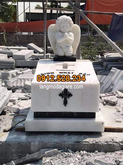 Mẫu mộ đạo thiên chúa giáo được làm bằng đá trắng