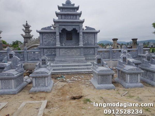 Hình ảnh khu lăng mộ đá đẹp đang được các nghệ nhân lắp đặt